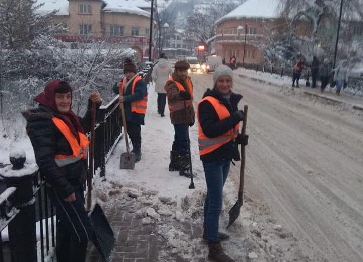 Роботи з очищення Рахова від снігу та льоду тривають