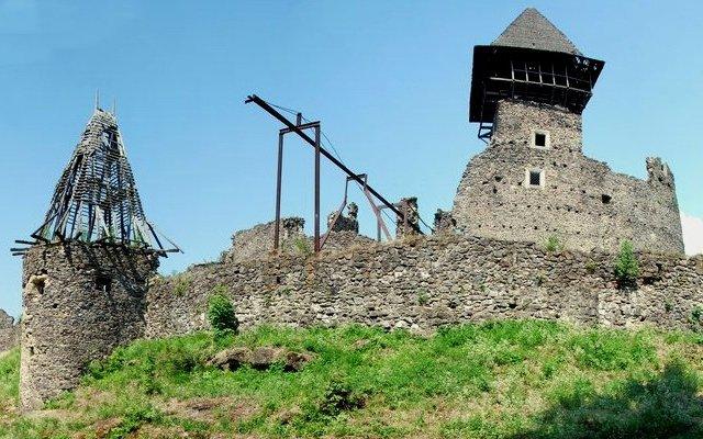 У Невицькому замку демонтують аварійну вежу, яка в будь-який момент може впасти